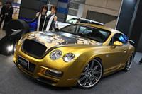 ゴールドに塗り、ボンネットには桜吹雪を入れた「ベントレー・コンチネンタルGT」。トーヨータイヤのブースにて。