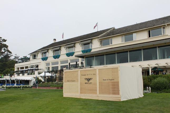 発表会場は、カリフォルニア州にある名門ゴルフコース「ぺブルビーチ」の18番ホール。「Made In England」と書かれた木箱の中身が気になる……。