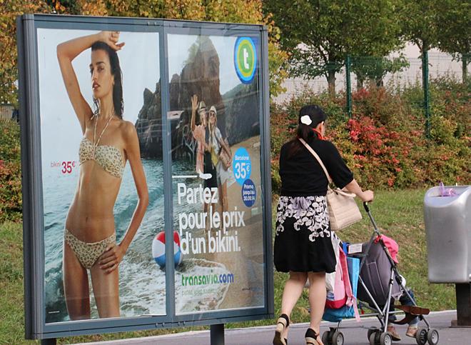 先日のエールフランスのストライキにおいて争点となった系列の格安航空トランサヴィアの広告が街のあちこちに。キャッチは「ビキニを買う値段(35ユーロ)で旅立とう」。