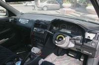 ステアリングホイールをはずした運転席はこうなる。