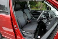 「ワゴンRスティングレー X」のフロントシート。内装については、標準モデルでは一部の仕様が変更されているのに対し、「スティングレー」ではほぼ従来モデルのものが踏襲されている。