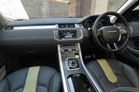 直線基調のインテリア。中央の液晶画面には、カーナビや車両情報のほか、計5台の車載カメラを使った死角の映像なども表示できる。シフトセレクターは、ジャガー車にも見られるダイヤル式。