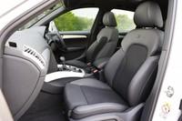 オプション「S-lineパッケージ」を選ぶと、スポーツシートやステアリングホイールのほか、前後バンパーやサスペンション、アルミホイールなどが専用品となる。