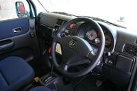 クラシカルな趣きながら(?)、最先端の内装材が組み合わされる「トラベルドッグバージョン」の車内空間。シートは撥水&消臭機能を、ドア内張りは撥水機能を備える。