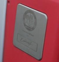 AMGの手になるエンジンは、すべて手で組み立てられる。組み立てた職人のサインが入るプレートは、AMG製だけのプレミアム。
