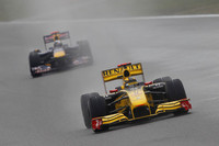 バトンやロズベルグ同様、ドライ組として上位に食い込んだルノーのロバート・クビサ(写真手前)。3位から後退し結果5位に終わったが、僚友ビタリー・ペトロフとともにチームにポイントを献上した。ロシア人ドライバーのペトロフは7位入賞で自身初得点。チームはコンストラクターズランキング5位につける。(写真=Renault)