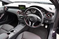 試乗車には内装を豪華に装うセットオプション「AMGエクスクルーシブパッケージ」(本革シート、ハーマンカードン・ロジック7サラウンドシステム、レザーARTICOダッシュボードほか)が装着されていた。