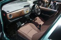 新たに左右非対称のデザインとされた、運転席まわり。一部グレードの助手席には、ごらんのように、傘やバッグ類のストッパーも備わる(買い物アシストシート)。写真は、女性向けグレード「Jewela」のもの。