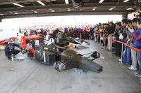 ホンダコレクションホールから引っ張り出された「マクラーレンMP4/4」と「MP4/6」。エンジン始動の瞬間を待つファンたち。