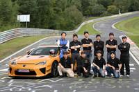 今回タイムアタックに臨んだ、飯田章氏(後列左)ほか開発スタッフ。