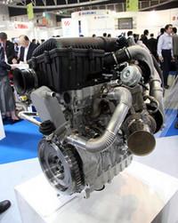 高性能ピストンで有名な「マーレ」グループのエンジン開発、製造会社である「マーレ・パワートレイン」が出展した「ダウンサイジング・エンジン」。燃費改善の提案として、自然吸気の2400ccエンジンから50%のダウンサイジングを試みたもので、ツインシーケンシャルターボ、ピエゾ式のダイレクトインジェクターを備えた直列3気筒1200ccエンジンは、最高出力196ps、最大トルク29kgmを発生。燃費は30%改善されるという。