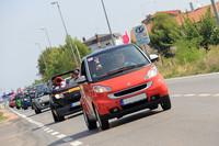 チェコからの参加車グループが快走する。パレードの車列は総延長7kmに達した。