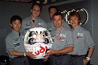 チームゴウは、ダルマを持ち込んで優勝を祈願。左から、加藤寛規、アウディジャパンのヨハン・ダ・ネイスン社長、チームオーナー兼監督の郷和道、ヤニック・ダルマス、そして荒聖治。