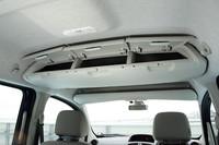 先代では両サイドにあった収納ボックスは、カーテンエアバッグの採用により後席の頭上に移動された。3つのボックスのように見えるが中は繋がっているので、長いものも収納可能。ボックス容量は24.4リッター。
