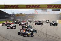 スタートシーン。先頭のベッテルの背後には、予選3位のニコ・ロズベルグのメルセデス。ウェバーは2位から3位に順位を落とした。(Photo=Red Bull Racing)