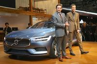 ボルボの製品戦略と車種モデル管理を担当するレックス・カーセマケルス上級副社長(手前)と、「ボルボ・コンセプト クーペ」のデザインを担当した、トーマス・インゲンラート上級副社長(奥)。
