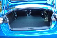 荷室の様子。写真のように後席をフラットにすれば、ゴルフバッグが2個、タイヤが4本積める。利便性も「BRZ」のセリングポイントのひとつ。