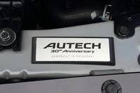エンジンルームに装着されたプレートには、「AUTECH 30th Anniversary」の文字に加え、控えめな書体で「HANDBUILT IN CHIGASAKI」と書かれている。