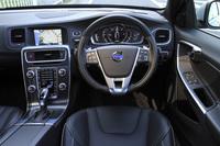 「V60 D4 R-DESIGN」の運転席まわり。R-DESIGNには専用デザインのアルミニウム装飾パネルやスカッフプレート、スポーツペダルなどが装備される。