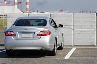ペダルの踏み間違い事故を防ぐ技術を体験。これは「駐車枠の検知」「加速抑制」「衝突回避支援ブレーキ」などの動作を組み合わせたもの。 まず駐車スペースに入ると場所の特定をするために、アラウンドビューモニターで駐車枠を検知し、駐車場であることを確認する。この位置でアクセルを踏むと踏み間違いと判断し、加速抑制がかかり、急発進を避ける事ができる。