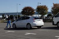 「Toyota Safety Sense P」に備わる「歩行者検知機能付き衝突回避支援型プリクラッシュセーフティ」のデモの様子。