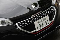 チェッカードフラッグをイメージしたというフロントグリルは「GTi」専用のデザイン。