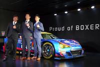 「SUBARU BRZ GT300 2015」と井口卓人選手(右)、山内英輝選手(中央)、佐々木孝太選手(左)。