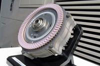 新開発の電動モーター。丸型導線を巻くのではなく、無数の角型導線(導線というより棒に近い)をリング状に差し込んでいったような構造となっている。