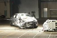衝突直後の試験車。