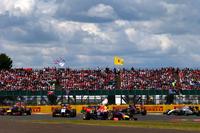 何かとチームメイトのリカルドにお株を奪われているチャンピオンのベッテル(写真中央)。今回は予選2番手と期待の持てるポジションを得たものの、最終的にはリカルドの2つ後ろ、5位でゴール。それでもアロンソとの丁々発止で王者の技を見せつけた。(Photo=Red Bull Racing)