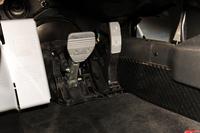 アクセルとブレーキのペダルは支点を下に持つオルガン式。レーシーな雰囲気を醸し出す。