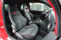 シートは専用のバケットタイプ「アバルトコルサbyサベルト」となる。このシート、ホールド性が高められているだけでなく、標準のものより10kgほど軽量化されているという。