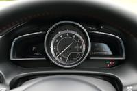 メーターは円形単眼式。「20S ツーリング」「20S ツーリング Lパッケージ」およびディーゼルの「XD」では回転計(右下にデジタル速度表示あり)となる。