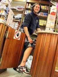 ちょっとだけヨ。タバコ店主・シモーネ君も足にタトゥーを入れている。