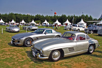 手前にオリジナルの元祖ガルウィングドアを持つ「メルセデス・ベンツ300SL」と「SLS AMG」、奥にもう1台の「300SL」と「SLRスターリング・モス」が並べられた「メルセデス・ベンツ300SL ガルウィング・セレブレーション」。