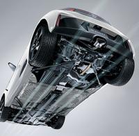 ボディー下部にはアンダーカバーやストレーキなどの空力パーツを装備。エンジンルームを冷却するため、空気を取り入れるNACAダクトが設けられている。