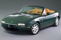 初代NA型「ユーノス・ロードスター」は1989年にデビューした。写真は1990年に追加設定された「Vスペシャル」。NARDI製ウッドステアリングやウッドシフトノブ、タンカラーの内装などを装備した豪華仕様だ。