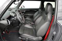 シートはレカロの専用品。高さ調整機構とシートヒーターが付く。