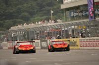 勝利のランデブーを行うARTAの2台。同じチームのマシンが、同じレースにおいて異なるクラスで勝利したのは、SUPER GT史上初めてのこと。