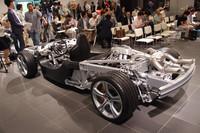 店内には、フレームやサスペンション、エンジンなどがあらわになったローリングシャシーも展示される。