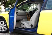 用意された中で一番目立つ黄色のグラフィックカーもドアを開けると、ブリリアントブルーパールのオリジナルペイントが丸見え。