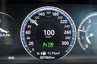 前走車追従機能付きクルーズコントロールの作動表示。色使いなど、シンプルですが分かりやすいデザインだと感じています。