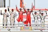 GT500クラスの表彰式。MOTUL AUTECH GT-Rを駆った2人が、ポディウムの中央で勝利を喜んだ。