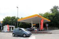 イタリアにもようやく出現し始めたドライブスルー式ガソリンスタンド。