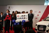 佐々木監督にA1ボード、澤選手にA1カラーバリエーションボードが手渡された。