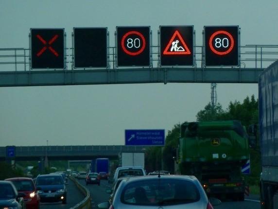 ハノーバー空港からヴォルフスブルクまでは、ドイツ名物の高速道路「アウトバーン」で。反対車線が工事中のため、ただいま車線が減ってます。標識はシンプルでわかりやすいのが一番!