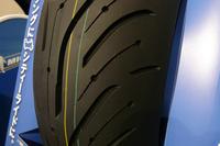 「ミシュラン・パイロットロード4」のリアタイヤのトレッド面。3モデルとも、トレッドパターンは基本的に共通となっている。