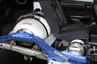 「ホンダ・クラリティ フューエルセル」の後席(写真はカットモデル)。背もたれの背後と座面の下に、大小の水素タンクが搭載されている。容量は、大きいタンクが117リッターで、小さい方は24リッター。