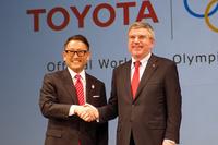 握手をかわすトヨタの豊田章男社長(左)と国際オリンピック委員会のトーマス・バッハ会長(右)。