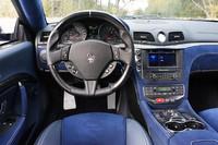 テスト車にはオプションのブラックレザーとカーボンファイバーのステアリングホイール(12万2000円)が装着されていた。7インチのスクリーンを持つナビゲーションシステムは標準装備。